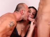 Vidéo porno mobile : Extraordinary threesome: pleasures of bisexuality